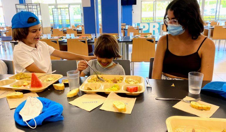Volunteer in Lunchroom